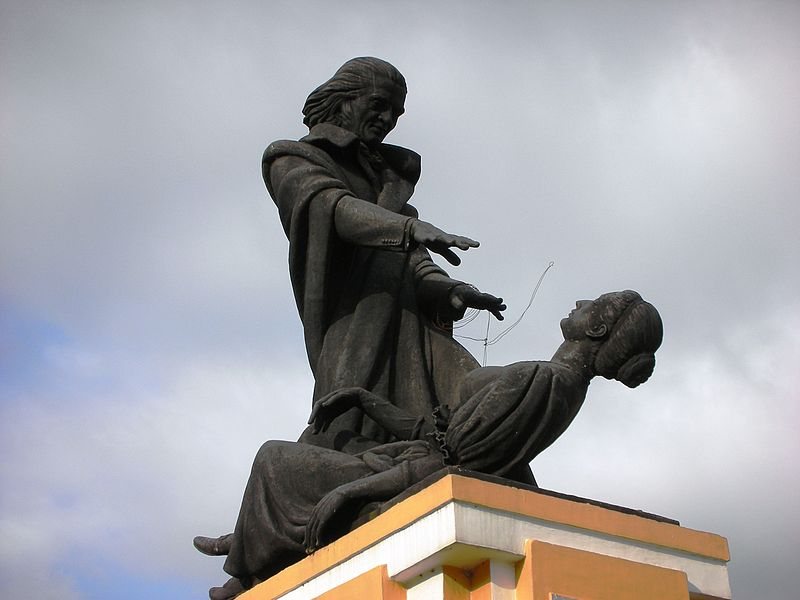 Statue of Abba Faria hypnotizing a woman